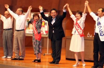声援に応える(右2人目から)やぎした、小池、広森、伊藤の各氏=2014年8月9日、所沢市