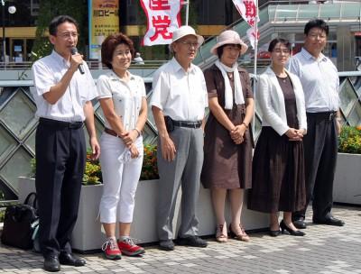戦争する国づくりをストップさせようと訴える塩川衆院議員(左端)と奥田智子県議(その隣)、党川口市議団=2014年8月15日、川口市