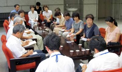 患者家族や地域の声を伝える連絡会の人たち=2014年8月19日、埼玉県議会