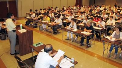 講演する大門参院議員(左端)=2014年8月20日、熊谷市