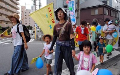 「原発いらない」と声を上げる参加者=2014年8月24日、熊谷市