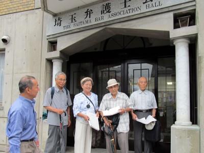 埼玉弁護士会に申し立てるレッドパージ被害者。左端は伊藤氏=2014年8月26日、さいたま市