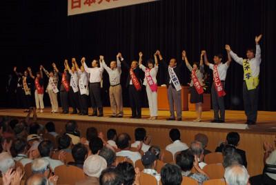 声援に応える山下氏と県議・市議候補、伊藤氏=2014年8月31日、さいたま市