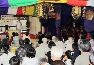 本堂で笠井氏の講演を聞く参加者=2014年9月7日、さいたま市