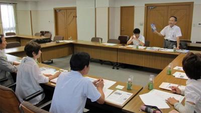 大倉会長(写真奥右)らと懇談する党県委員会と県議団=2014年9月9日、さいたま市