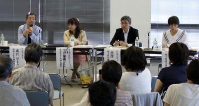 問題提起する(左から)成宮、今井、黒澤の各氏と柳下県議=2014年9月14日、所沢市