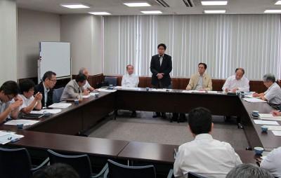 各団体と懇談する、大門議員(立つ人)や村岡県議(その右隣)、伊藤参院候補(同左)ら=2014年9月18日、さいたま市
