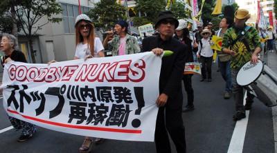 「川内原発再稼働反対」と声を上げる参加者=2014年9月28日、さいたま市
