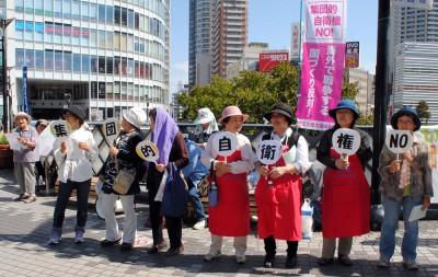 「戦争する国づくりは許さない」と訴える女性ら=2014年9月28日、川口市