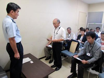 入間基地の担当者に要請する市民ら=2014年10月3日、航空自衛隊入間基地内