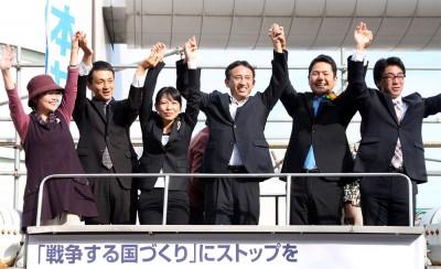 声援に応える(左から)平野、斉藤、後藤、塩川、佐藤、藤家の各氏=2014年10月11日、草加市