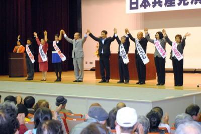 声援を受ける塩川氏と伊藤氏、いっせい地方選候補=2014年10月19日、深谷市