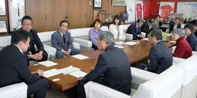 清水市長(左端)に要望する党地区委員会と市議団=2014年10月24日、さいたま市役所