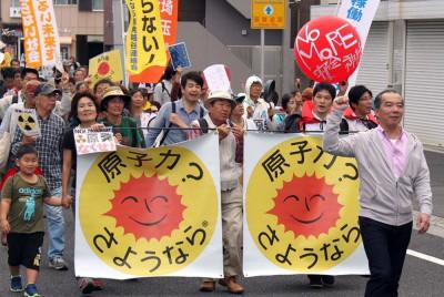 「原発再稼働反対」などと唱和してデモ行進する参加者=2014年10月26日、川口市