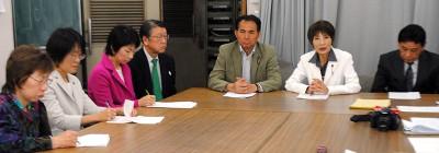 記者会見する柳下(右から2人目)、村岡(その左)ら県議候補=28日、埼玉県庁記者クラブ