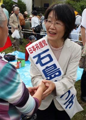 市民と握手する石島候補