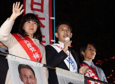 訴える塩川(中央)、梅村(左)両比例候補と、松村埼玉1区候補(右)=2014年11月19日、さいたま市