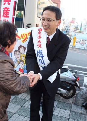 市民と握手する塩川候補=2014年11月21日、新座市