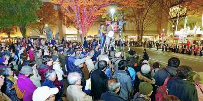 志位和夫委員長の訴えを聞く人たち=2014年11月21日、さいたま市