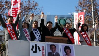 第一声で声援に応える小池副委員長(中央)と候補者=2014年12月2日、さいたま市