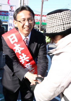 市民と握手する塩川候補=2014年12月5日、越谷市