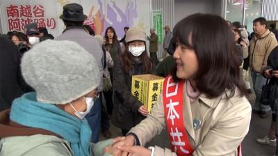 集まった人たちの激励を受ける梅村さえこ候補=2014年12月10日、越谷市