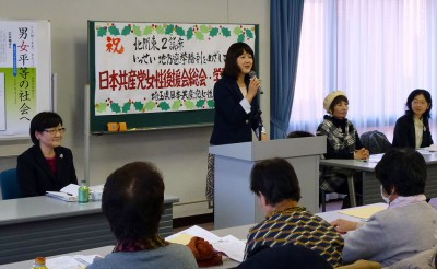 あいさつしする梅村衆院議員。その左が広井副委員長、右が柳下県議=2014年12月23日、さいたま市