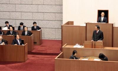 上田知事(左最前列)に質問する村岡県議=2014年12月8日、埼玉県議会