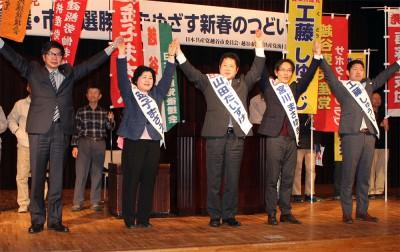 声援に応える(左から)大門参院議員、金子県議候補、山田、宮川、工藤の市議候補=2015年11月16日、越谷市