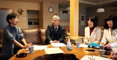 小島さん(左端)と懇談する(左2人目から)党市議団の笠原、石島、工藤3氏=2015年1月26日、新座市