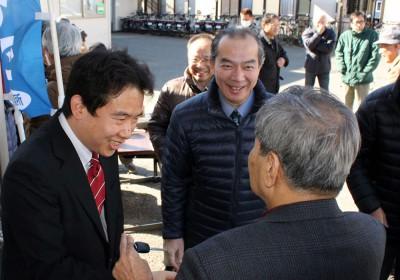 さいたま市西区の大塚市議候補(左)の事務所開きで、参加者と交流する伊藤さん(中央)=2015年2月1日、さいたま市
