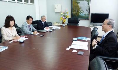頼高市長(右)と懇談する(左から)梅村、田村両衆院議員=2015年2月13日、蕨市
