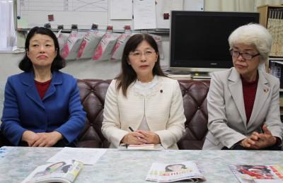 決意を語る(右から)前原、石川、川上の3氏=2015年2月18日、新座市役所記者クラブ