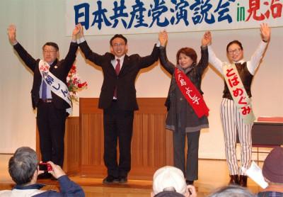 声援をうける(左から)青柳、塩川、戸島、とばの各氏=2015年2月22日、さいたま市見沼区