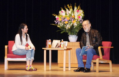 有馬理恵さん(左)とやりとりする仲代達也さん=2015年2月28日、さいたま市