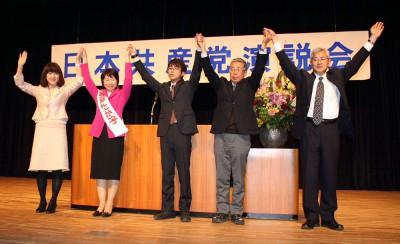 声援を受ける(左から)梅村衆院議員と新藤県議候補、大沢、水上、五味の各伊奈町議候補=2015年3月7日、上尾市