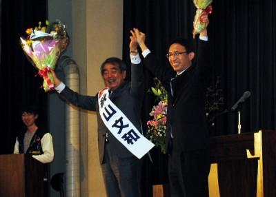 声援をうける塩川(右)、秋山(左)の両氏=2015年3月7日、春日部市