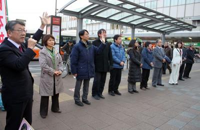 「県政に憲法の光を」と訴える青柳県議候補(左端)と、さいたま市議候補=2015年3月13日、さいたま市の大宮駅前