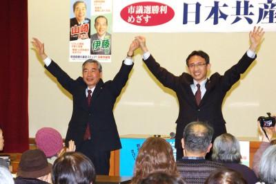 山崎候補(左)と塩川衆院議員=2015年3月14日、さいたま市中央区