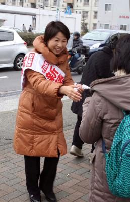 市民の期待に応えて奮闘する新藤候補=2015年3月15日、上尾市