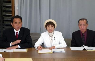アンケートの結果を発表する(左から)村岡、柳下両県議と伊藤参院候補=2015年3月20日、埼玉県庁