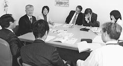 市教委(手前)から事情を聞く党市議団と石島氏(正面左から2人目)=2015年3月25日、新座市