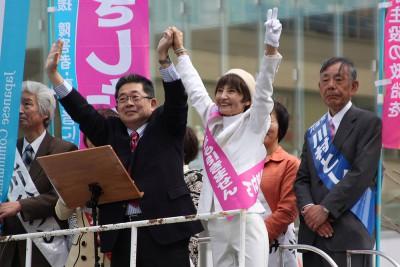 やぎした県議候補(右2人目)の勝利を訴える小池副委員長=2015年4月3日、所沢市