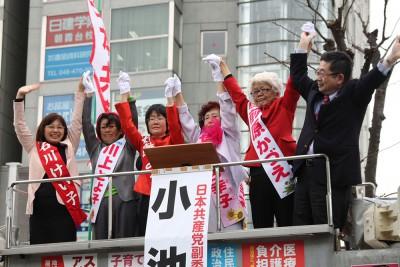 声援をうける(右から)小池副委員長と、前原、せとぐち、石島、川上、石川の各候補