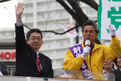 村岡県議候補(右)の勝利を訴える小池副委員長=2015年4月3日、川口市