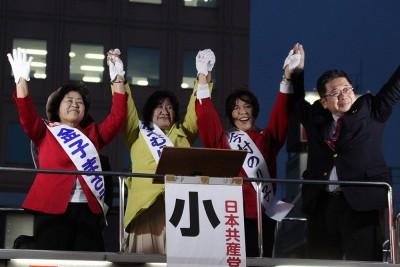 声援をうける(左から)金子、苗村、今村の各候補と小池副委員長=2015年4月3日、越谷市