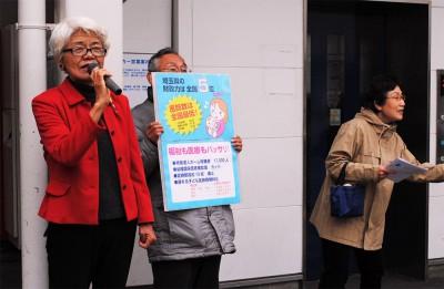 当選を報告する前原氏(左)=2015年4月13日付より、ふじみ野市