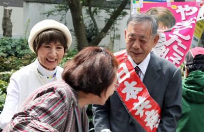 対話する川村候補(右)と柳下候補(左)=2015年4月17日、所沢市