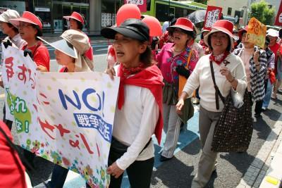 赤い衣服を身につけ「戦争する国ノー」と訴えた女性たち=2015年4月28日、さいたま市