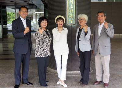 決意を新たにする5人の新県議団=埼玉県議会前